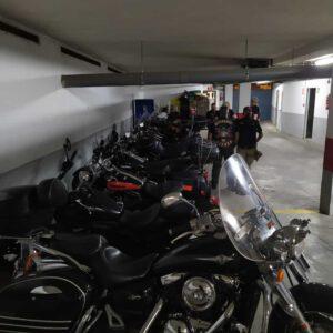 El parking del hotel en Granada completo de nuestras monturas