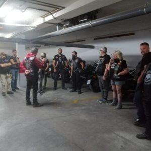 Reunión improvisada en el garaje del hotel
